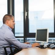 noodverlichting onderhoud met checkmore op de computer
